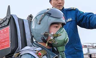 K8教练机后座头盔颜色挺少见
