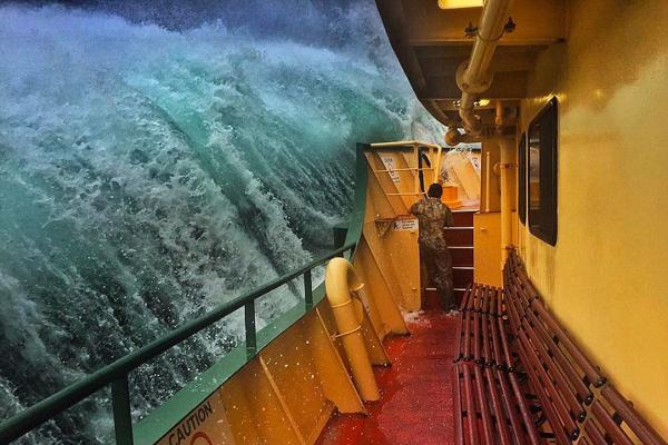 震撼!澳水手拍摄渡船遭巨浪冲击照片