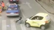女子过马路遭后车撞飞弹入过往出租车轮下