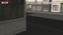 3D:少年可怜光脚流浪汉 持刀威胁路人脱鞋