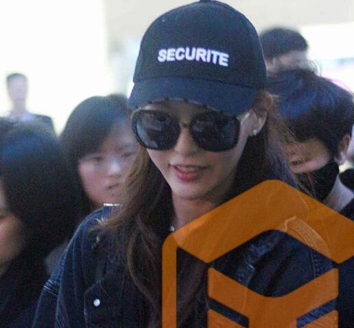 唐嫣现身机场,超黑墨镜难掩一脸幸福甜蜜