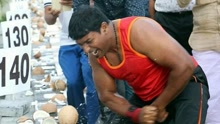 《扒神嗨评》印度男子1分钟徒手敲碎124个椰子