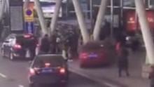 女司机驾车失控男子被撞下高架