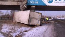 火车高速路坠桥 事态严重