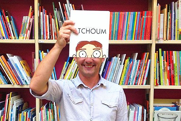 城会玩!法国一书店员工和书籍封面神合体
