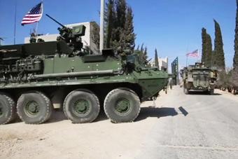 美军装甲车在叙利亚巡逻画面