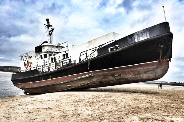 """英海岸现""""幽灵船"""" 原是退役军舰脱锚飘走"""