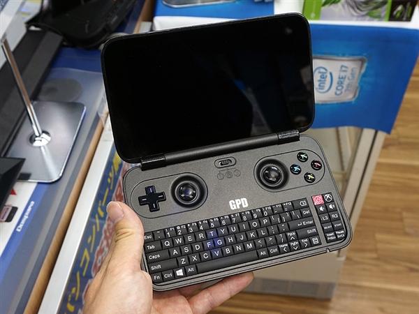 奇葩win 10掌机现身日本:实体键盘+摇杆