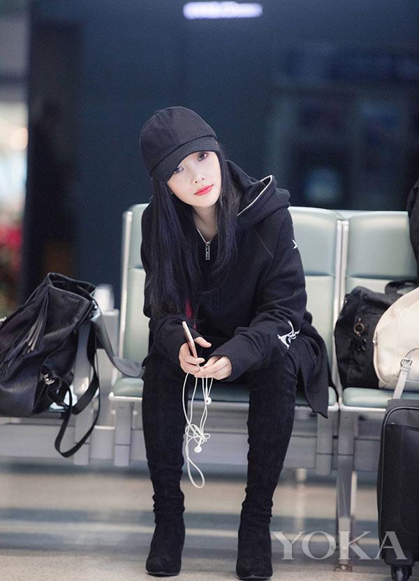 李小璐机场街拍-36岁的李小璐撞衫专挑90后 竟然没输图片
