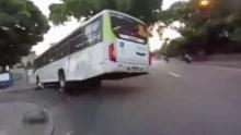 受上帝眷顾的人 摩托车主被巴士碾压竟毫发无伤