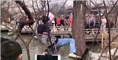 瘦西湖景区内当众踩天鹅蛋 15岁涉事游客已到案