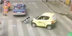 监拍女子过马路遭后车撞飞 弹入对面出租车轮