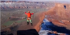 法国男子沙漠低空跳伞让 为让自己清醒