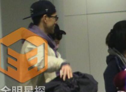 彭于晏和许晴搭同班飞机抵京
