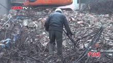 """""""城市淘金者""""每天砸水泥 只为孩子长大别淘金"""