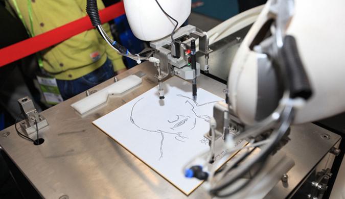 国际装备制造业博览会开幕 智能机器人现场作画