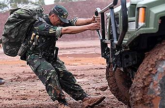 直击特种兵比武战士徒手推车