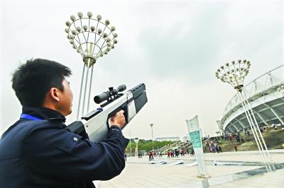 """武汉警方又添新武器 25万元反制枪专""""打""""无人机"""