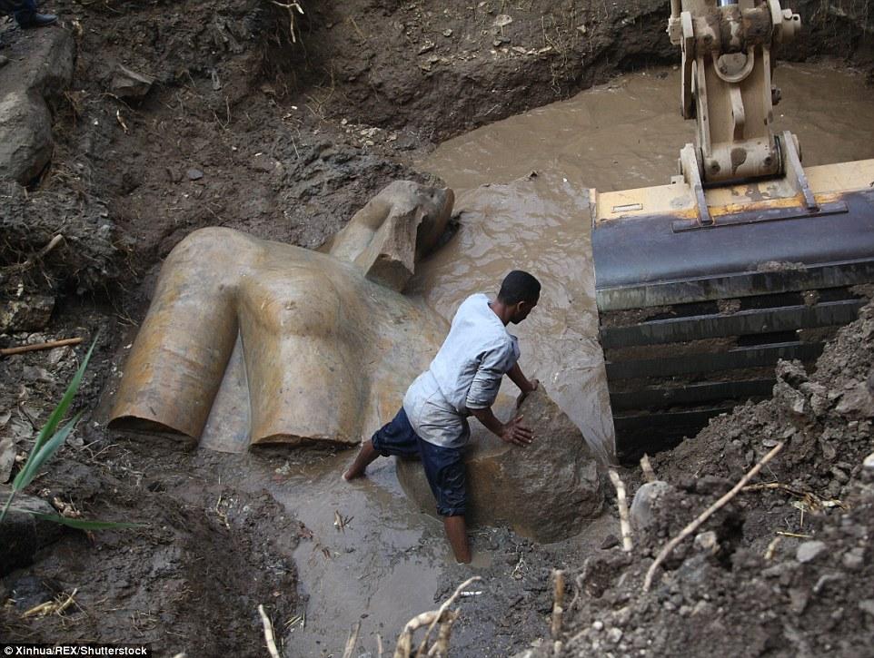 开罗贫民窟惊现巨型雕像 或为法老拉美西斯二世