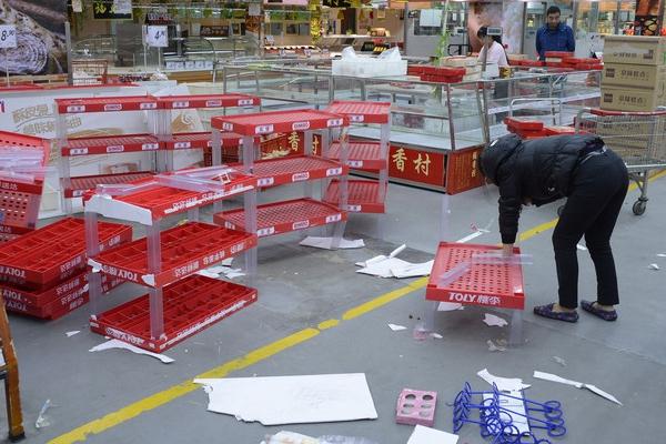 北京乐天玛特受萨德事件影响 顾客渺渺无几商品货架空荡荡