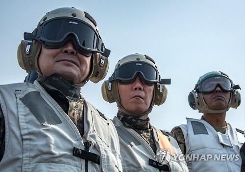 韩联参议长和韩美联军司令参观韩美军演和美航母