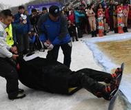 """长春滑雪爱好者搞怪着装共度""""光猪节"""""""