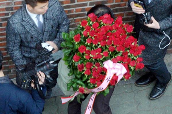 韩国:朴槿惠下台退居私邸中 支持者上门送玫瑰花