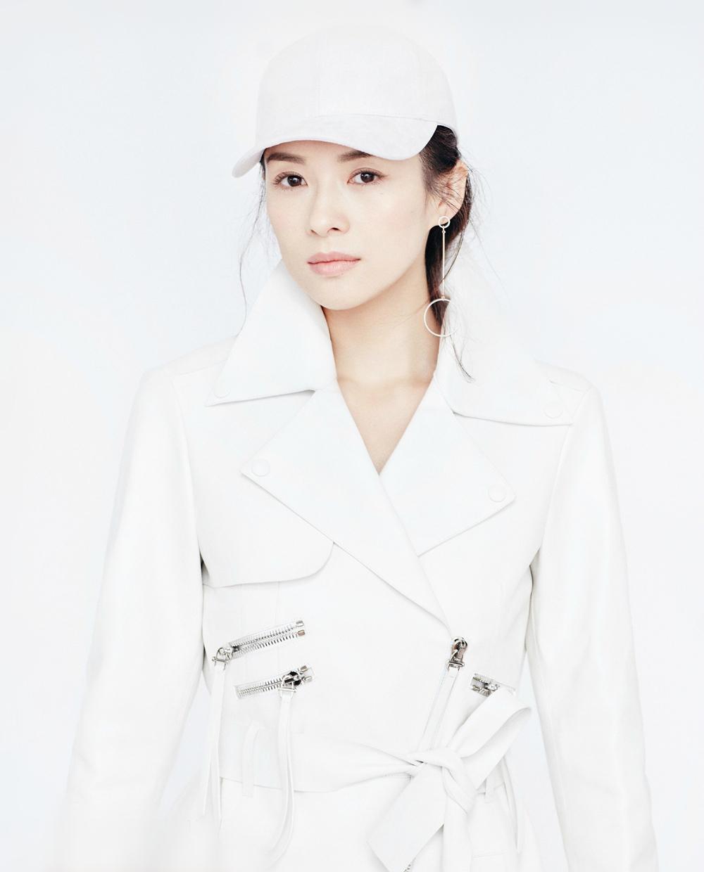 章子怡遭萌宠强吻 时尚封面气质满分