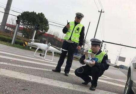 清明祭扫道路易堵车 交警首用无人机监视疏导