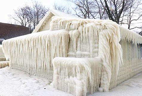 """美国寒潮过后湖边度假屋变""""冰雕"""""""