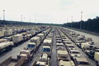航拍美国坦克装甲车集结 密密麻麻望不到头