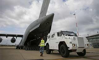 澳C17装3辆装甲车运往斐济