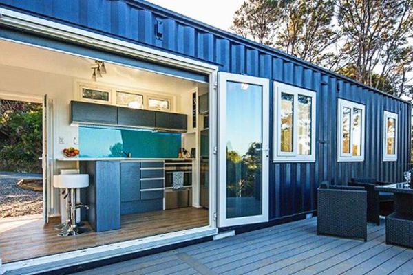 新西兰女子将集装箱打造成功能齐全简约小屋