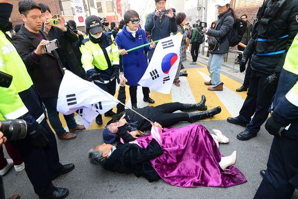 """朴槿惠支持者充当""""人肉路障"""" 阻止媒体车辆前往其私宅"""