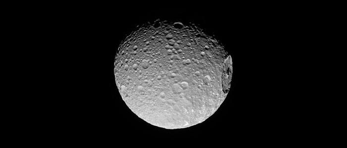 """NASA 公布土卫一超清照:""""死星""""细节一览无遗"""