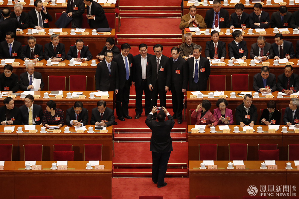 政协会议闭幕 委员们拍照定格难忘瞬间