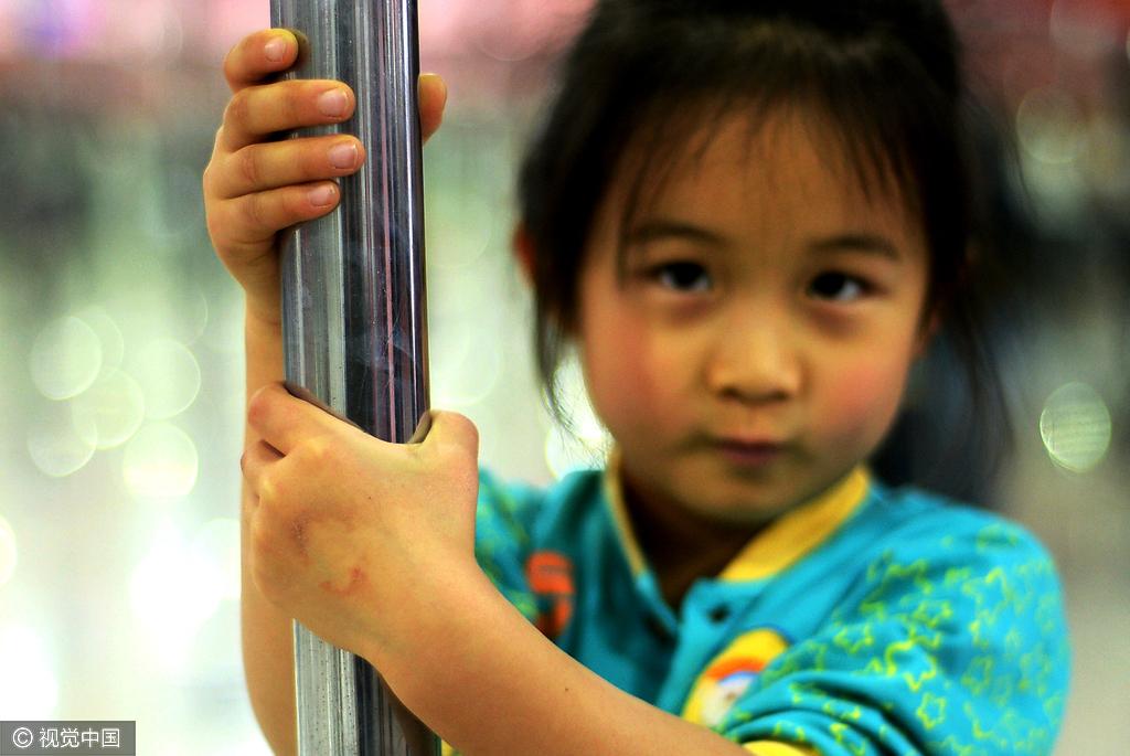六岁女童苦练钢管舞 身体扭曲痛到流泪