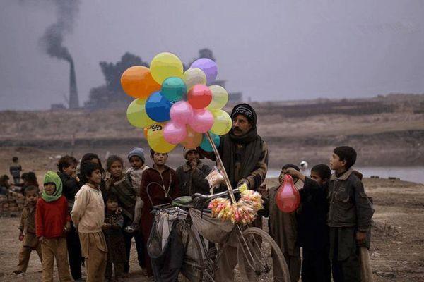 贫民窟里的日常生活:小贩卖着中国商品,孩子上课到户外