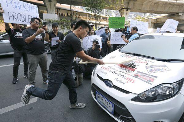 怒砸汽车!泰国车主抗议福特车需常修理