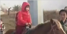 老爸帅出新高度 骑马接女儿放学