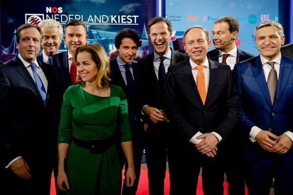 """荷兰大选在即 政党领导人结束最后电视辩论后""""友好""""合影"""