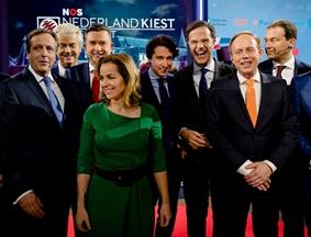 """大选在即 政党领导人最后电视辩论后""""友好""""合影"""