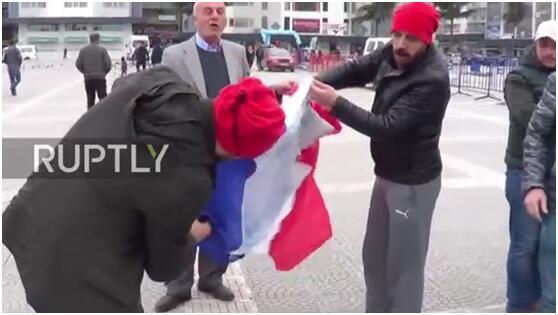 土耳其人怒怼荷兰却误烧法国国旗 土网友:没啥!同一坨狗屎