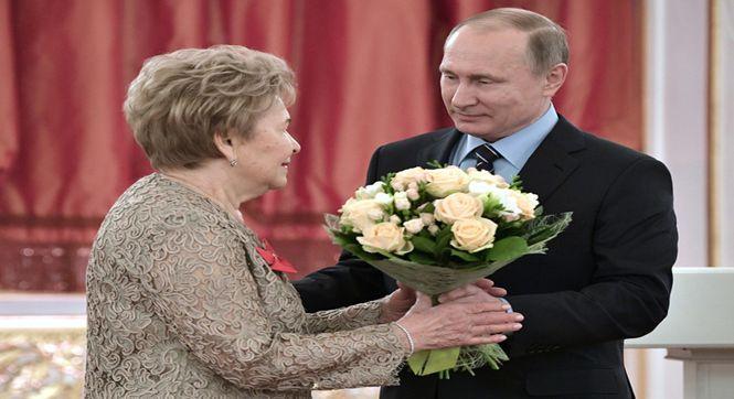 普京为叶利钦遗孀庆祝生日送鲜花 梅德韦杰夫妻子作陪