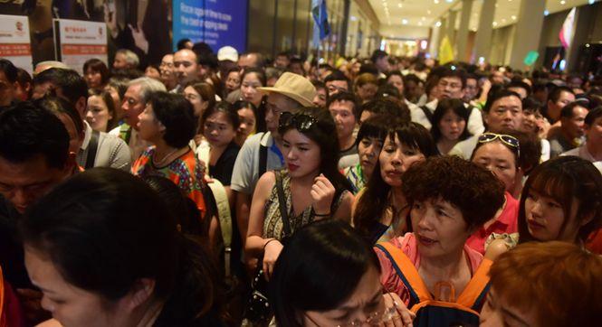 中国游客在泰国免税店举国旗扫货