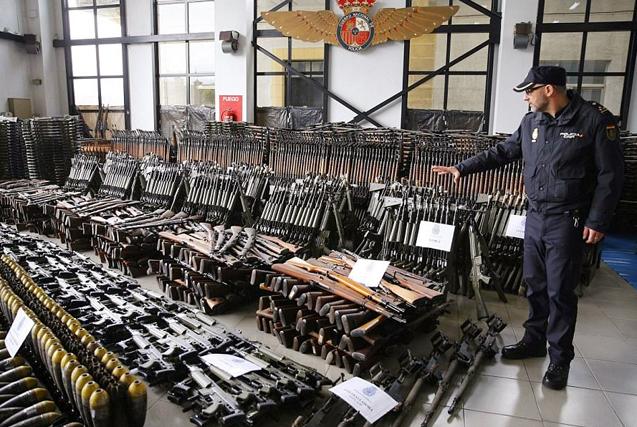 欧洲非法兵工厂重武器一应俱全令人吃惊