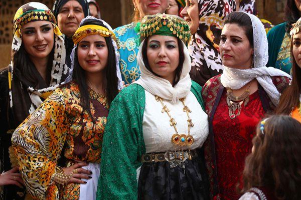 叙利亚战火难挡爱美之心 库尔德俊男靓女参加时装秀