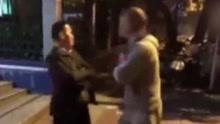 君子动口不动手 两男子街头起争执互吐口水