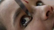 《扒神嗨评》印度14岁少女用刀画眼线