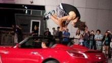《扒神嗨评》男子跳过迎面开来的汽车